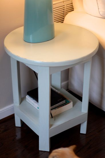 Benchwright Round Side Table. DIY @ www.tommyandellie.com